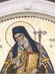 Ψηφιδωτή απεικόνιση του Αγίου Μακαρίου στο υπέρθυρο της κεντρικής εισόδου του ναού. Φιλοτεχνήθηκε στην Ιερά Μονή Αγίων Κηρύκου και Ιουλίττης Σιδηροκάστρου σύμφωνα με το πρότυπο της εφέστιας εικόνος του Αγίου στο ομώνυμο παρεκκλήσιο της Ιεράς Μονής Ευαγγελισμού Θεοτόκου Ικαρίας