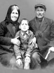 Ο Όσιος Παΐσιος ο Αγιορείτης σε ηλικία πέντε ετών με τους γονείς του, Ευλαμπία και Πρόδρομο Εζνεπίδη