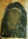 Η εικόνα της Παναγίας της Φιλερήμου χωρίς το χρυσό της κάλυμμα, αλλά με τη μαύρη χάρτινη κάλυψη της, που προστατεύει τα αρχικά ξύλινα τμήματα της εικόνας