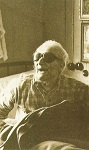 Ο Όσιος Νικηφόρος στα τελευταία του χρόνια στο κελλάκι του, στο Νοσοκομείο Λοιμωδών Νόσων Αγίας Βαρβάρας Αττικής