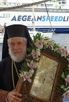 Ο Μητροπολίτης Σύρου Δωρόθεος Β' με την εικόνα της Παναγίας της Χρυσοπηγής