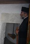 Ο Σεβασμιώτατος Μητροπολίτης Κώου και Νισύρου κ. Ναθαναήλ δίπλα σε αγιογραφία της Οσίας και την επιγραφή του Ναού