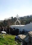 Ο Ναός της Οσίας Μελούς και το πλήθος των προσκυνητών στις 26 Μαρτίου 2011 μ.Χ. από το σημείο που βρίσκονται τα ερείπια του κελλιού του μοναχού που αναφέρει ο Ιάκωβος Ζαρράφτης