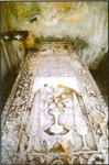 Η μαρμάρινη πλάκα του τάφου της Αγίας Αργυρής με το χαραγμένο κείμενο