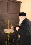 Ο Οικουμενικός Πατριάρχης Βαρθολομαίος ανάβει κερί μπροστά στην Πύλη του μαρτυρίου του Πατριάρχου Γρηγορίου Ε' η οποία από τότε παραμένει κλειστή εις ένδειξιν τιμής και μνήμης