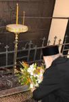 Ο Οικουμενικός Πατριάρχης Βαρθολομαίος καταθέτει λίγα λουλούδια μπροστά στην Πύλη του μαρτυρίου του Πατριάρχου Γρηγορίου Ε' η οποία από τότε παραμένει κλειστή εις ένδειξιν τιμής και μνήμης