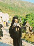 Ο Μητροπολίτης Μονεμβασίας<br />και Σπάρτης κ.κ. Ευστάθιος,<br />μεταφέροντας στο χωριό<br />Βελανίδια τη λειψανοθήκη με<br />τα άγια Λείψανα του Αγίου<br />Θωμά του εν Μαλεώ το 1990 μ.Χ.